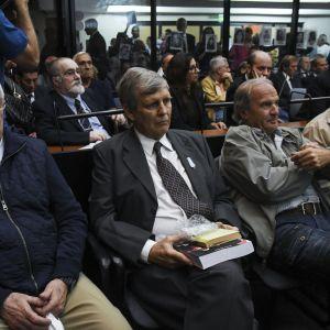 Flera argentinska officerare som dömdes för brott mot mänskligheten sitter på rad i domstolen för att höra sina straff.