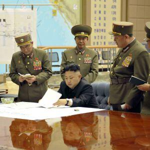 Kim Jong Un har beordrat sina strategiska kärnvapenstyrkor i högsta beredskap inför befarade amerikanska attacker