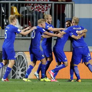 Finland firar målet mot Kroatien.