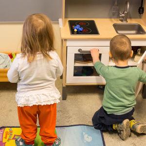 Barn leker i dagis