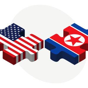 Grafik med USA:s och Nordkoreas flaggor.