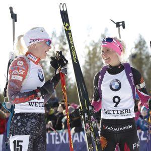 Kaisa Mäkäräinen talar med Mari Laukkanen (till höger).