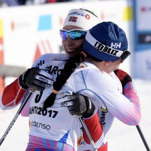 Marit Björgen kramar om Krista Pärmäkoski, VM 2017.