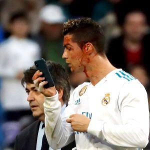 Cristiano Ronaldo speglar sig.