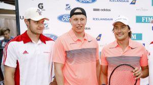 Aleksandr Barkov, Patrik Laine och Teemu Selänne poserar efter en tennismatch.