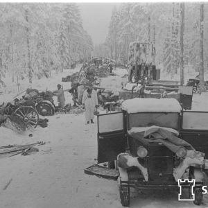 På bilden ser man vägen vid Raate där ryskt krigsmateriell blivit kvar på vägen.