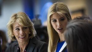 Ivanka Trump diskuterar med studenter på ett museum i Washington, DC. Till vänster Betsy  DeVos, USA:s undervisningsminister.