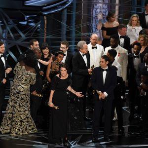 Producenten Adele Romanski håller tal då skådespelarna och andra i teamet bakom Moonlight firar att filmen fick Oscar i kategorin bästa film.
