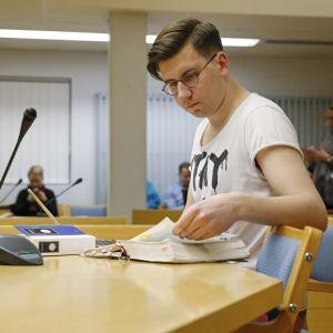Den sannfinländske politikern Sebastian Tynkkynen i Uleåborgs tingsrätt.