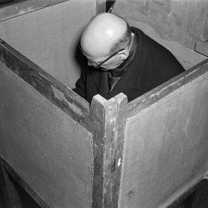 Urho Kekkonen äänestämässä v. 1956 valitsijamiesvaaleissa