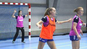 Finlands damlandslag i handboll tränar i Kisakallio 5.10.2016.