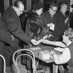 Vuoden 1956 presidentinvaalit. Fagerholm äänestämässä.
