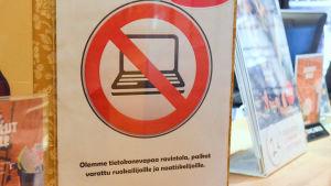 """en skylt på kallion sävel säger på finska """"vi är en datorfri krog, platserna är reserverade för dem som äter och njuter"""""""