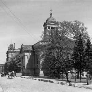 I. K. Inhan valokuvassa Helsingin Vanha kirkko Antinkadulla (nykyinen Lönnrotinkatu)