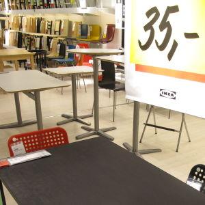 Huonekaluja Ikean liikkeessä.