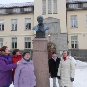 Personal och pensionärer från Malmska sjukhuset lade ner ljus vid Otto Malm bysten