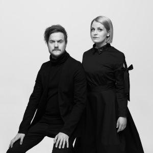 Man och kvinna i mörka kläder