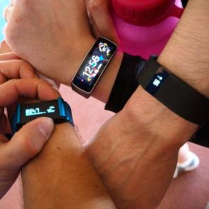 Sykettä mittaavat aktiivisuusmittarit Samsung Gear Fit, Fitbit Charge HR ja Withings Pulse Ox ranteissa.