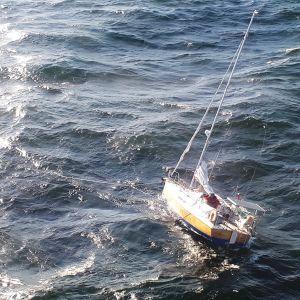Segelbåt i sjönöd på Östersjön.