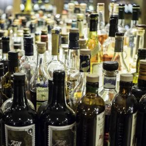 Paljon alkoholipulloja
