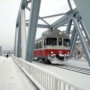 Gammalt regionaltåg i vintertrafik.