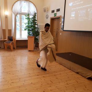 Abdullahi Abdulkadir dansar en traditionell somalisk dans.