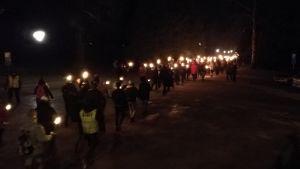 Ytterhögerns 612-fackeltåg marscherade till Sandudds begravningsplats för att lägga ner ljus på gravarna.