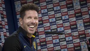 Diego Simeone skrattar.