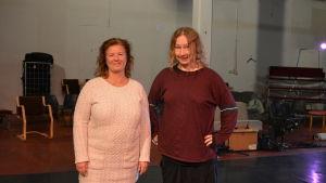 två kvinnor vid teaterscen