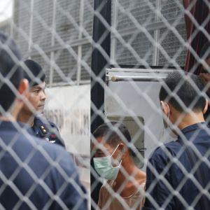 Poliser vaktar port utanför Bangkoks domstol.