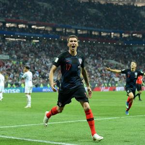 Mario Mandzukic gör 2–1 och England gör sig så småningom klart för avspark.