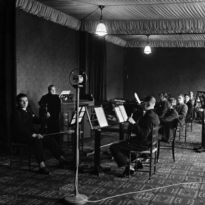 Radio-orkesteri soittaa Aleksanterinkatu 46:n isossa studiossa, musiikkistudiossa (A-studio) vuonna 1927.