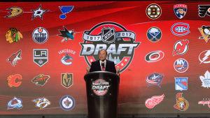 Gary Bettmann inför NHL-draften 2017.