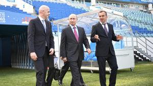 Gianni Infantino, FIFA:s ordförande, möts med president Vladimir Putin och premiärminister Dimitrij Medvedev på arenan i Sotji.