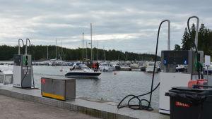 Båtar i rörelse vid Predium båthamn.