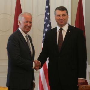 USA:s vicepresident Joe Biden och Lettlands president Raimonds Vejonis