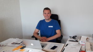 Joakim Sandelin bakom arbetsbordet