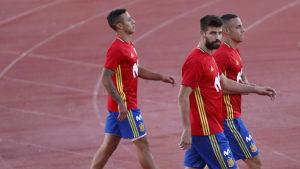 Gerard Pique (förgrunden) går till Spaniens träning.
