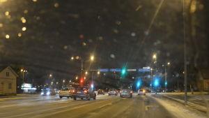 Trafik en snöig morgon i Åbo hamn