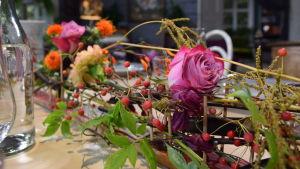En dukning med ett blomsterarrangemang på en skida