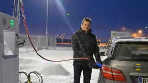 Leif Åkers, vd på Stormossen, tankar sin bil med gas.