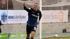 Njazi Kuqi firar ett mål med handen i luften