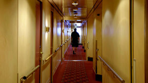Man går i hyttkorridor på kryssningsfartyg
