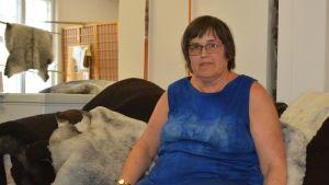 Ulla Enlund i affären där företagets fårprodukter säljs