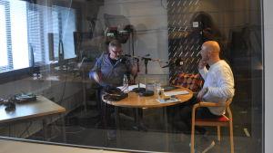 Mark Levengood pratar med Mårten Holm i studion