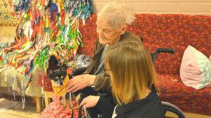 Chihuahuan Tico som fungerar som Kennelklubbens kompishund sitter i en äldre persons famn.