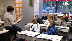 Sagofarmor Inger Helenius läser sagor för barn i Kirjala skola i Pargas