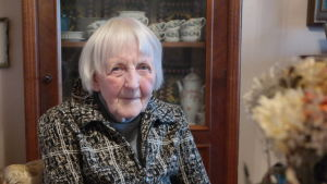 86-åriga Greta Stenberg sitter i sitt vardagsrum i Åbo