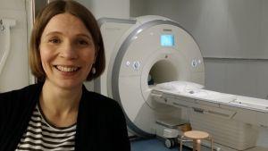 Annika Hultén framför fMRI-apparaten.