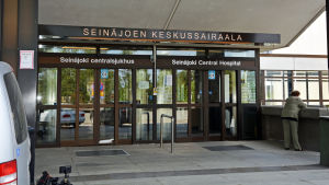 Huvudingången vid Seinäjoki centralsjukhus.